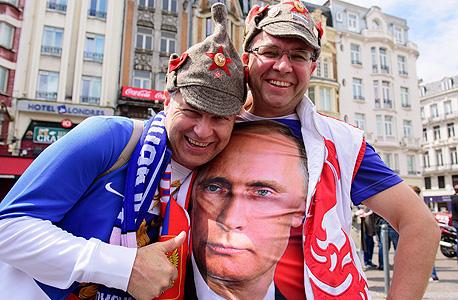 אוהדי נבחרת רוסיה עם חולצה של ולדימיר פוטין, צילום: איי אף פי