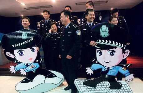 """שוטרי משטרת האינטרנט הסינית עם ג'ינג ג'ינג וצ'ה צ'ה, סמלי הפיקוח הממשלתי ברשת. """"הדמויות האלה מופיעות באתרים פשוט כדי שתדע שמסתכלים עליך"""""""