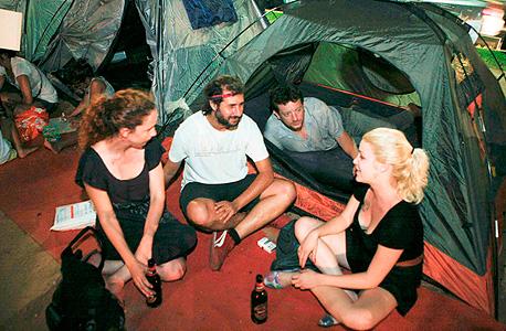 """כתב """"מוסף כלכליסט"""" ארי ליבסקר באוהל ברוטשילד, יולי 2011. בערב הראשון סיפרתי על המאהל לעורך דין בכיר; הוא אמר שזה משחק ילדים, והציע שנדבר על נוחי דנקנר"""