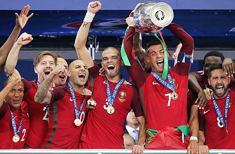 נבחרת פורטוגל חוגגת. שני מימין רונאלדו שנפצע בתחילת המשחק, צילום: אם סי טי