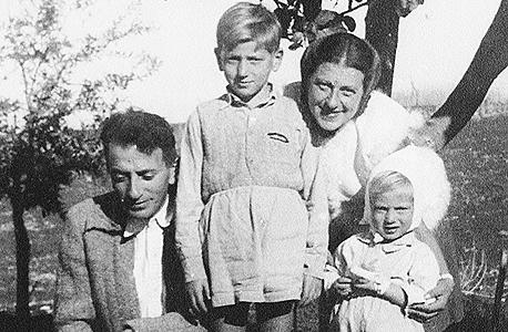 1947. רון חולדאי בן השנתיים עם אחיו שי בן ה־7 והוריו הנקה ועויזר, חולדה