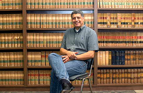 """פרופ' קרייני בפקולטה למשפטים באוניברסיטה העברית. """"פיתחתי יכולת להיות שורד, שהיא קריטית לאיש אקדמיה שלא מגיע מהחברה הדומיננטית"""""""