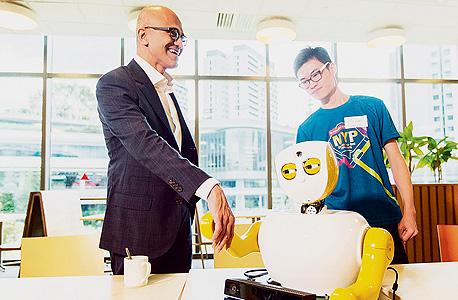"""מנכ""""ל מיקרוסופט סאטיה נאדלה פוגש חבר. כל חברת טכנולוגיה רוצה להיות הראשונה שתפצח את אתגר הלמידה הבלתי מונחית"""