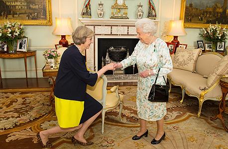 תרזה מיי נפגשת עם מלכת אנגליה, צילום: אי פי איי