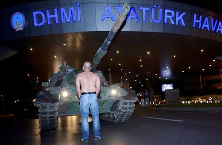 אזרח עומד מול טנק בשדה התעופה אטאטורק באיסטנבול, צילום: רויטרס