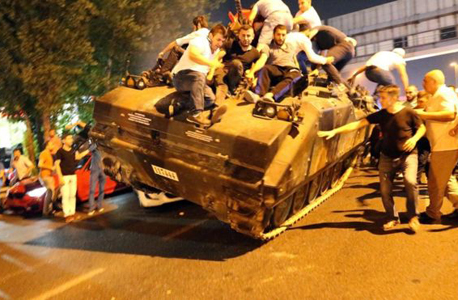 אזרחים על טנק של החיילים המורדים