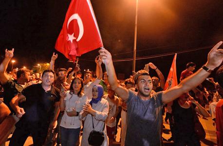 ההמונים יצאו לרחובות בעקבות קריאת ארדואן להתנגד לנסיון ההפיכה