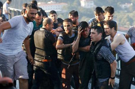 תומכי ארדואן יצאו לרחובות ותקפו חיילים שהשתתפו בהפיכה