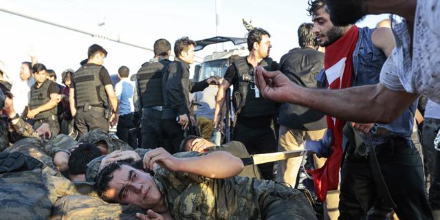 """טורקיה: תומכי ארדואן סוגרים חשבון, לינץ' בחיילים: """"יש לנו מנהיג"""""""