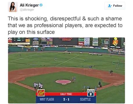 צילום מסך של ציוץ של כדורגלנית אלי קריגר על מגרש כדורגל נשים על מגרש בייסבול