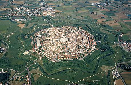 פלמנובה, איטליה. שמירה על הביטחון לצד דגש על האסתטיקה של העיר. התכנון שימש השראה לערים אחרות , צילום: Guido Alberto Rossi