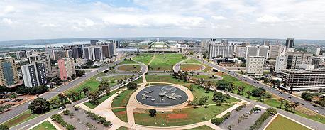"""ברזיליה, ברזיל. הפרדה ברורה בין החלקים הרשמיים של העיר לבין """"חלקי החולין"""" , צילום: fliker by Kerry O"""