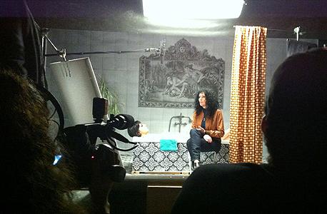 """סט הסרט """"פרחים של מרציפן"""" (2015): חדר אמבטיה בדרום ת""""א; מעצבים: אדם קלדרון והגר ברוטמן. """"בגלל האופן שבו נעשה הסרט, עם רקעים שהם צילומי זירוקס במקום לוקיישנים, יצרנו סביבה מלאה בטקסטורות מורכבות שיצרו עומק על המסך. כשעיצבנו חדר בקיבוץ הדגשנו אלמנטים משנות השישים והשבעים, כשנוף הנגב משתקף בהם: בווילונות, בכלי החרסינה, בפורמייקות ובטפטים"""", צילום: מיקה קלדרון"""