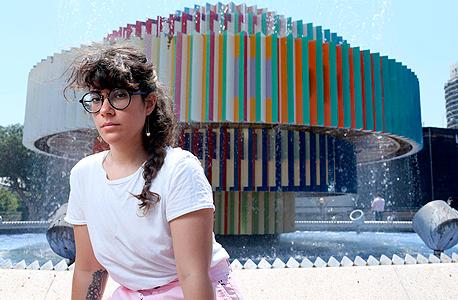 """אנלן. """"כשאני חושבת על כיכר דיזנגוף, אני חושבת על לופו שמפסל בבקבוקי פלסטיק או על שימי שמתקלח במזרקה"""""""