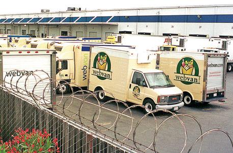 משאיות הובלת משלוחים של WebVan, שקדמה לאינסטכרט ונסגרה. מהטה וניר למדו ממנה לא לנהל את מחסני המזון בעצמם, צילום: בלומברג