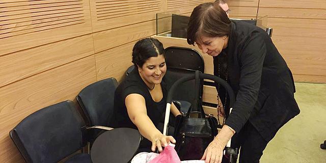 """ח""""כ זהבה גלאון עם היועצת המשפטית של ועדת הכספים שגית אפיק והתינוקת החדשה, צילום: רוני זינגר"""