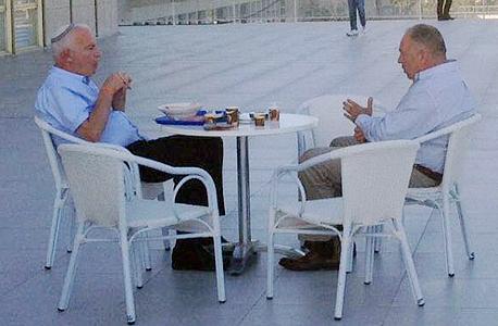 דובי אמיתי נשיא התאחדות האיכרים  ו אורי אריאל שר החקלאות במרפסת בכנסת, צילום: רוני זינגר