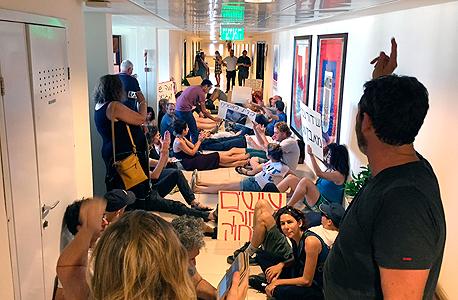 הפגנה בהסתדרות של היוצרים העצמאיים כנגד דחיית התאגיד