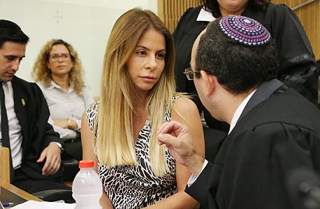 """ענבל אור עם עו""""ד אוריאל זעירא בבית משפט, צילום: צביקה טישלר"""