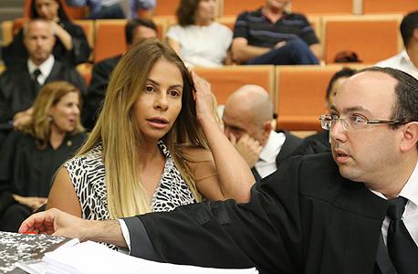 """ענבל אור עם עו""""ד אוריאל זעירא בבית משפט 2, צילום: צביקה טישלר"""