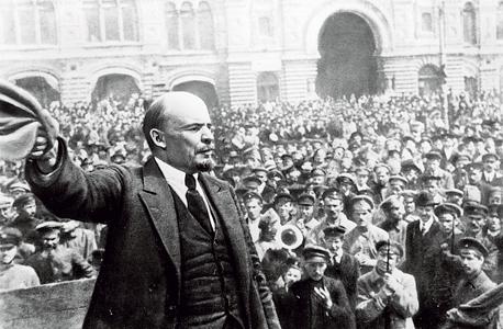 לנין נואם בכיכר האדומה במוסקבה ב־1919, על רקע בניין GUM