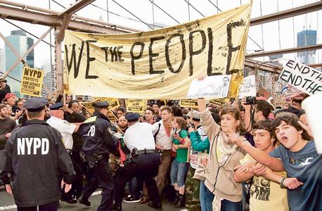 """מפגינים צעירים בוול סטריט, 2011. השאיפה """"לחזור למקום שבו היינו בשנות החמישים והשישים"""" משותפת לציבור ולכלכלנים, אבל """"ייתכן שזה פשוט בלתי אפשרי"""" , צילום: איי אף פי"""