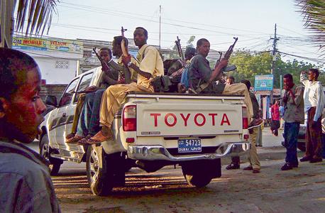 לוחמי אחת המיליציות ברחובות הבירה מוגדישו, 2006, צילום: אי פי איי