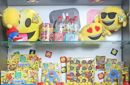 במשרדי PMI . התמקדו בשנים האחרונות באימוג'י ובאנגרי בירדס, והמשיכו למכור את מוצרי פוקימון למעריצים. ואז הגיעו הטלפונים מהחנויות