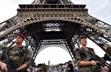 חיילים צרפתים מאבטחים את מגדל אייפל, צילום: איי אף פי
