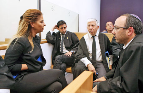 ענבל אור ועורך הדין שלה אוריאל זעירא (מימין) בבית המשט