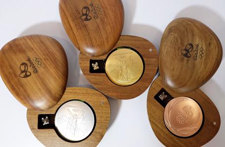 מדליות אולימפיות של ריו.  גם הוועדה המארגנת של ריו 2016 מציגה תקציב הוצאות של 7.4 מיליארד ריאל ברזילאי (כ־2.2 מיליארד דולר) על תפעול המשחקים ותחזית של 7.4 מיליארד ריאל הכנסות (התקציב המקורי בזמן הגשת המועמדות עמד על 4.2 מיליארד ריאל).