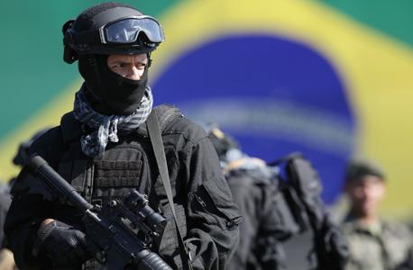 שר המשפטים הברזילאי אלכסנדר מוראס הודיע כעת כי בוטלו החוזים עם ארטל, וחברים במשמר הלאומי של הממשלה הפדראלית וכן שוטרים מריו ומדינות אחרות, כולל שוטרים לשעבר, הם שיבצעו את הבדיקות הביטחוניות כולל הפעלת גלאי המתכות