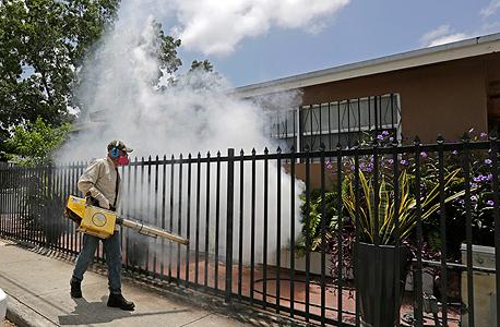 מרססים נגד וירוס הזיקה בפלורידה , צילום: איי פי