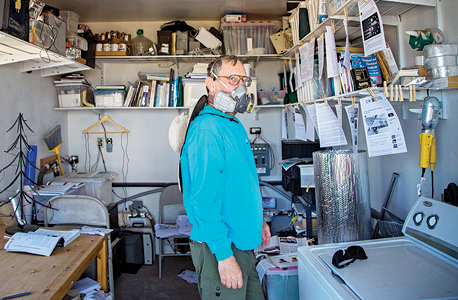 סטין, אחד מתושבי העיירה סנואופלייק, מגן על עצמו בעזרת מסיכת סינון אוויר. לדבריו הוא אלרגי לחשמל, מחשבים, WiFi ודיו טרי. הוא מדפיס אימיילים, קורא אותם כעבור יממה כשהדיו מתייבש, ועונה עליהם בכתב יד