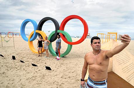 סמל האולימפיאדה בחוף קופה קבנה, ברזיל. חגיגה לאומית או חגיגה של שחיתות?