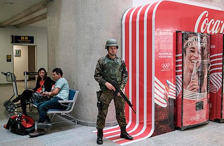 חייל ברזילאי שומר על קוקה קולה ריו 2016, צילום: איי אף פי