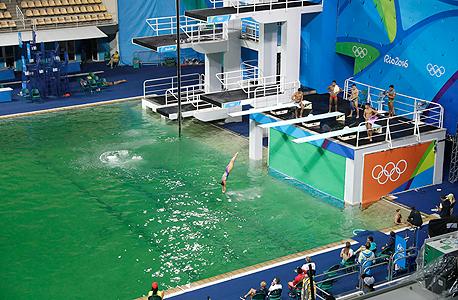 המארגנים מצאו גם סיבה נוספת מדוע המים הפכו ירקרקים: טכנאי לא מיומן שפך למים 160 ליטרים של מימן על חמצני. התירוץ הזה מצטרף לשורה של תירוצים נוספים בהם השתמשו המארגנים: