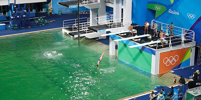 המים בבריכה האולימפית נהפכו לירוקים ואף אחד לא יודע למה