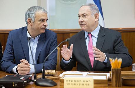 מימין ראש הממשלה בנימין נתניהו ו שר האושה כחלון ב ישיבת ה תקציב, צילום: אמיל סלמן