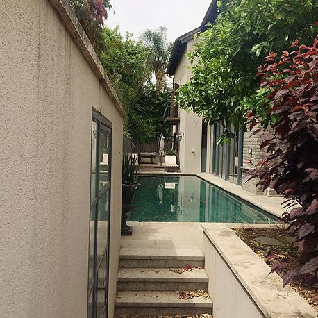 הבריכה בחצר הווילה