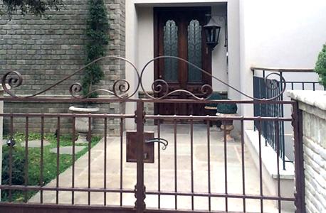 שער הכניסה לבית ברחוב הרכש בשכונת אפקה