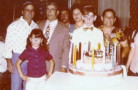 1986 - נורית דאבוש בת ה־10 עם הוריה אברהם (בעניבה) ומיסה (מימין) בבר המצווה של האח יוסי, אשקלון
