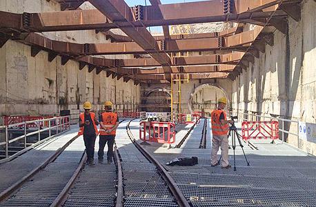 לכאן תוכנס מכונת הענק שתחצוב את מנהרות הרכבת הקלה, צילום: נטע שמעוני