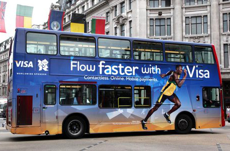 בולט בפרסום לויזה על אוטובוס בלונדון, צילום: twitter / ExterionMediaUK