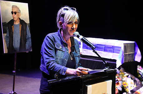 סי היימן שרה לזכרו של אביה בטקס האשכבה בתיאטרון הקאמרי