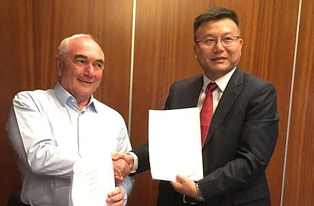 """חתימת החוזה: מנכ""""ל קבוצת דלק אסי ברטפלד ומנכ""""ל יאנגו מייקל הו"""