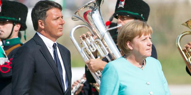 אנגלה מרקל ומתאו רנצי, אתמול בנאפולי. מדינות האיחוד מתכופפות מול אינטרסים פנימיים, צילום: איי פי