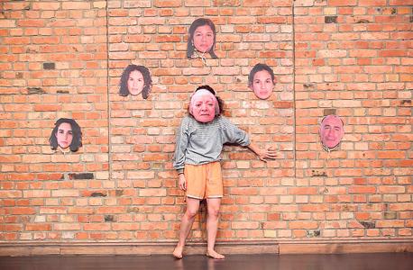 אביתר בעבודה בדק בית עם תמונה של סבתה על פניה