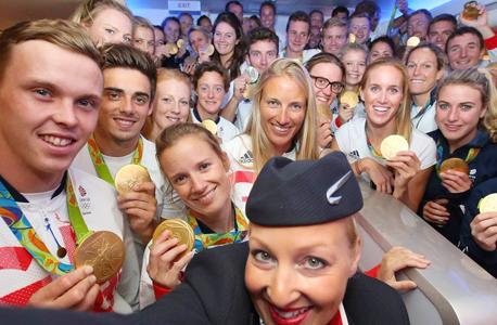 נבחרת בריטניה ל אולימפיאדה סלפי במטוס בריטיש איירווייז מדליות זהב, צילום: טוויטר בריטיש איירוויז