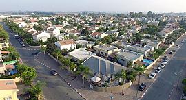 גן יבנה שכונות עם דקלים, צילום: אוראל כהן